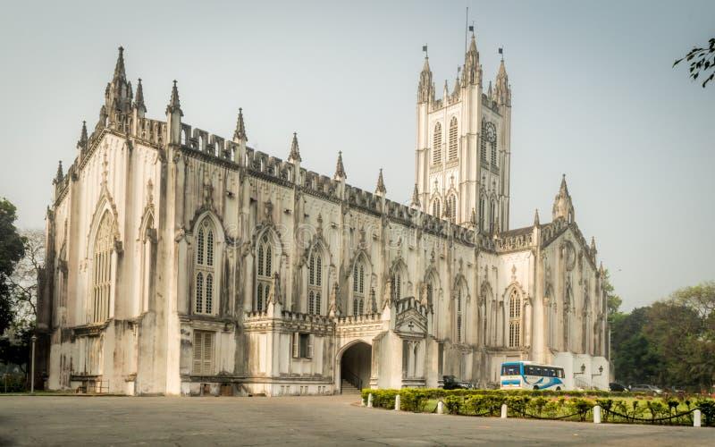 Uma opinião de ângulo larga da catedral do ` s de Saint Paul em um ensolarado domingo de manhã foto de stock