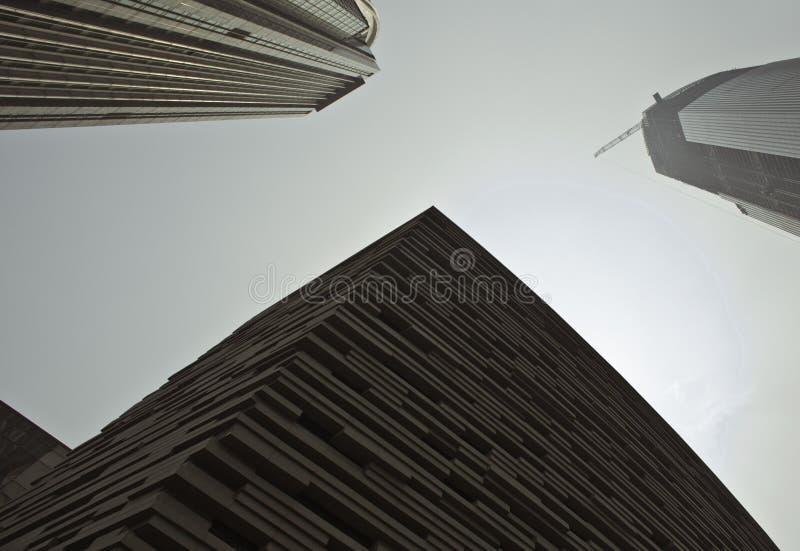 Uma opinião de baixo ângulo de raspadores do céu da cidade fotos de stock royalty free