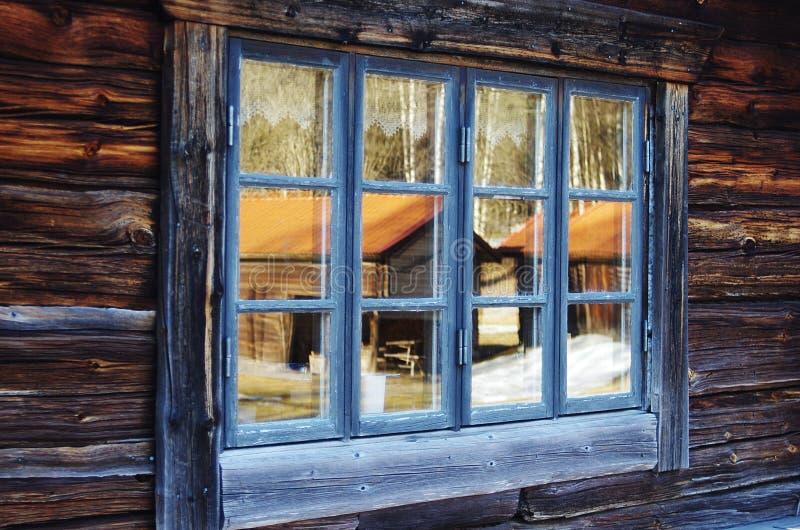 Uma opinião de madeira velha da janela fotos de stock royalty free