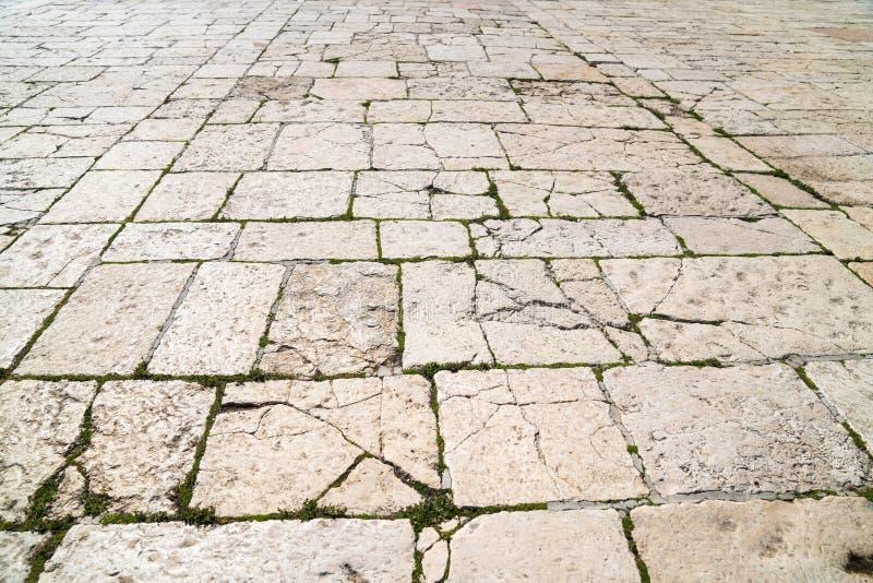 Uma opinião de perspectiva de um tijolo velho da pedra calcária Telha do passeio, a textura do passeio no Temple Mount no Jerusal fotografia de stock