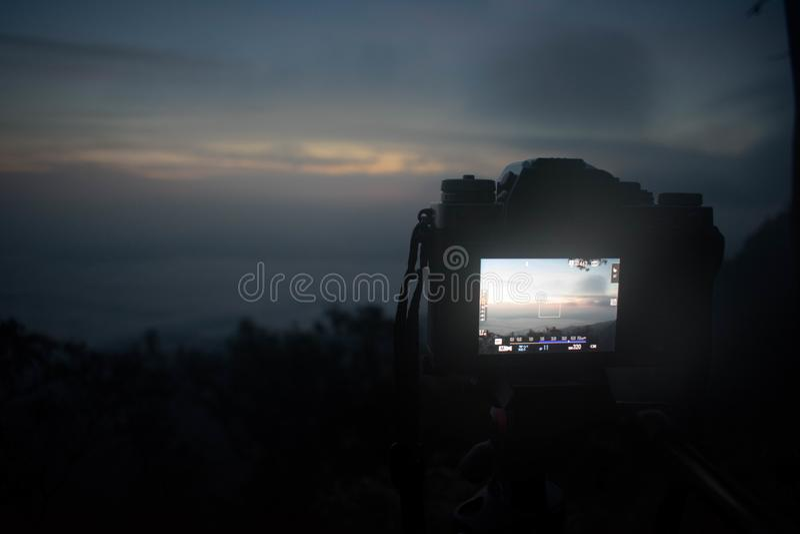 Uma opinião do céu da escuridão da câmera da montanha superior fotografia de stock