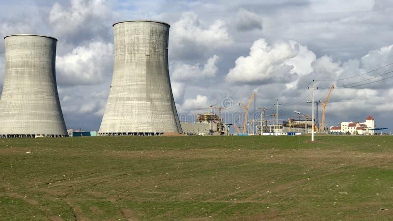Uma opinião do central nuclear fotografia de stock