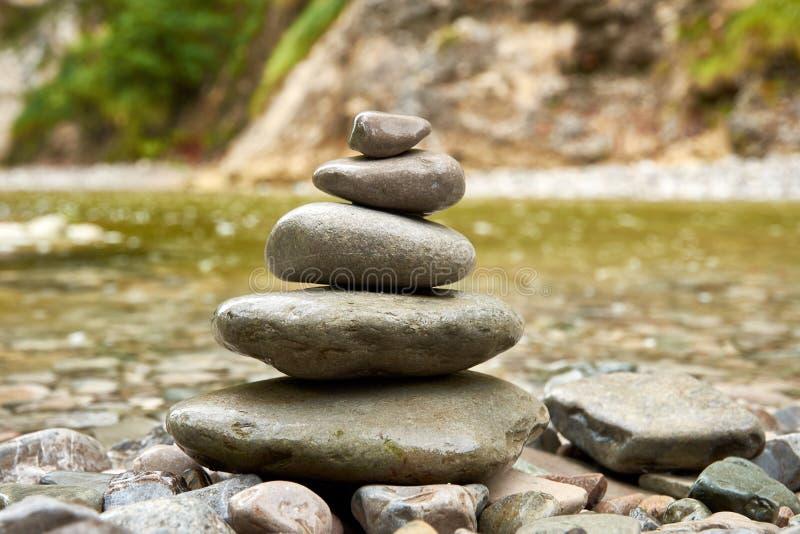 Uma opinião do close-up das pedras dobrou-se em uma pirâmide ou em uma pilha, com a imagem de stock