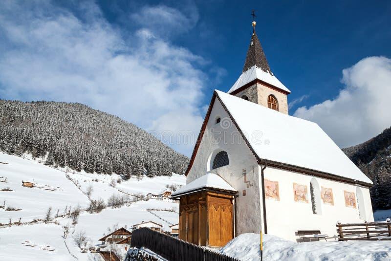 Uma opinião do inverno de uma igreja pequena com um steeple alto fotos de stock royalty free