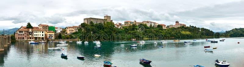 Uma opinião do panorama San Vicente de la Barquera imagens de stock royalty free