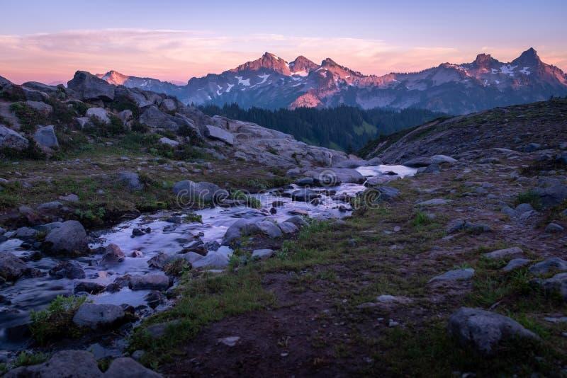 Uma opinião impressionante do por do sol do Monte Rainier transversalmente a uma cordilheira fotografia de stock royalty free