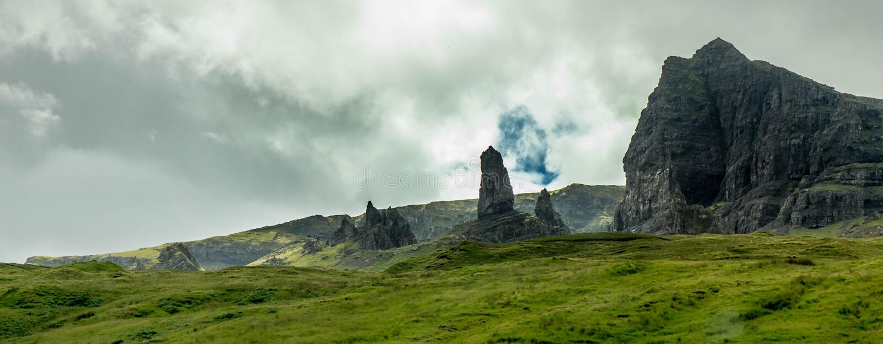 Uma opinião o o ancião de Storr, ilha de Skye, Escócia fotografia de stock