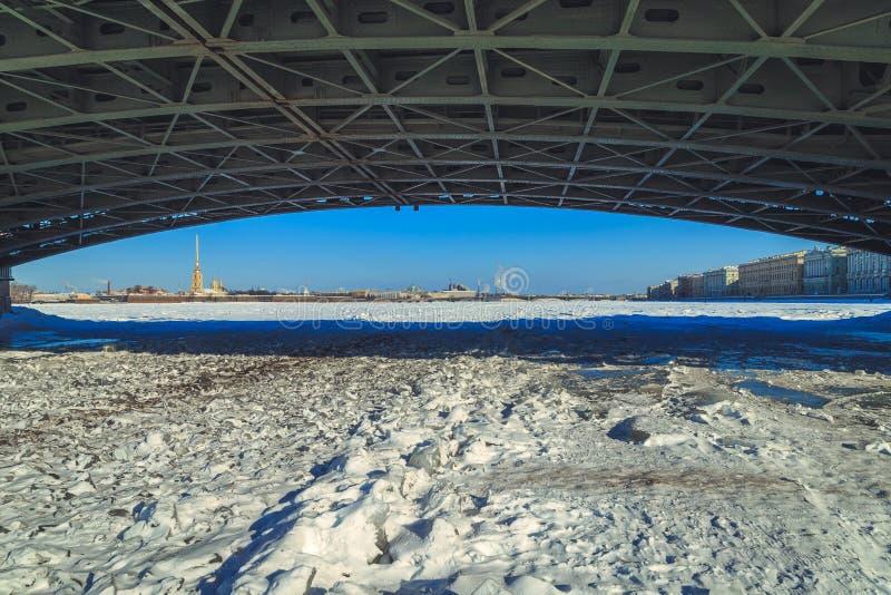 Uma opinião o Peter e o Paul Fortress de debaixo da ponte do palácio em St Petersburg foto de stock royalty free