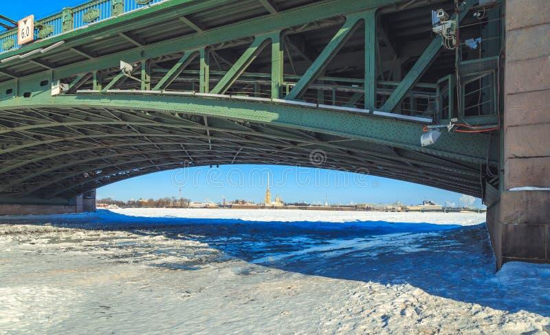 Uma opinião o Peter e o Paul Fortress de debaixo da ponte do palácio em St Petersburg fotografia de stock royalty free