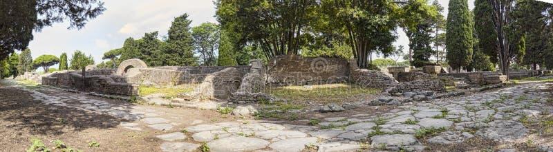Uma opinião panorâmico de 180 graus de Immersive do caminho da pedra do marco romano antigo da necrópolis no arqueológico imagem de stock royalty free