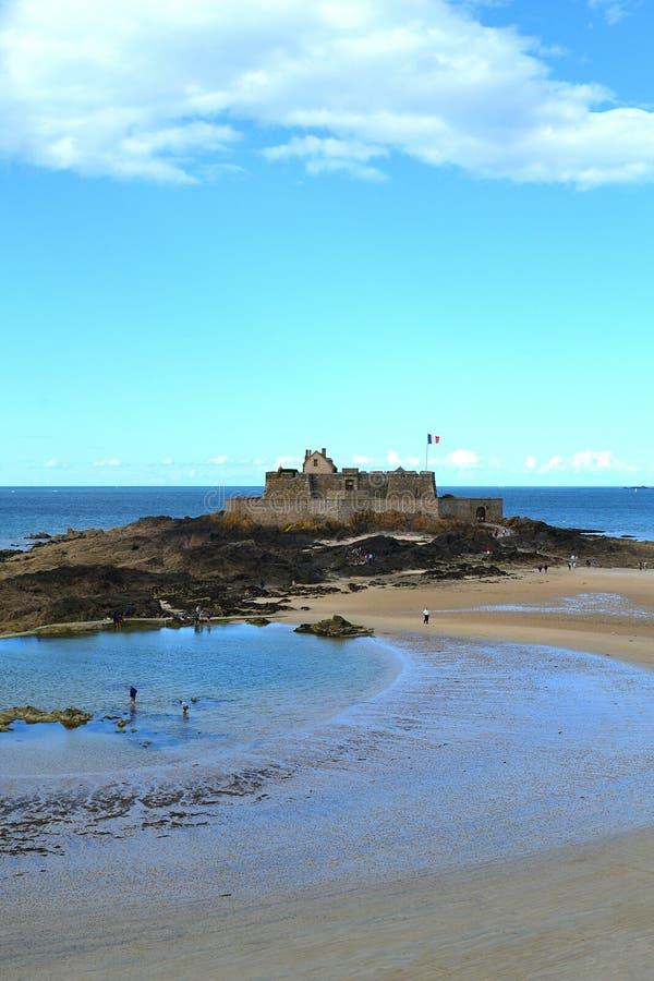 Uma opinião Saint Malo Castle na maré meados de, França imagens de stock