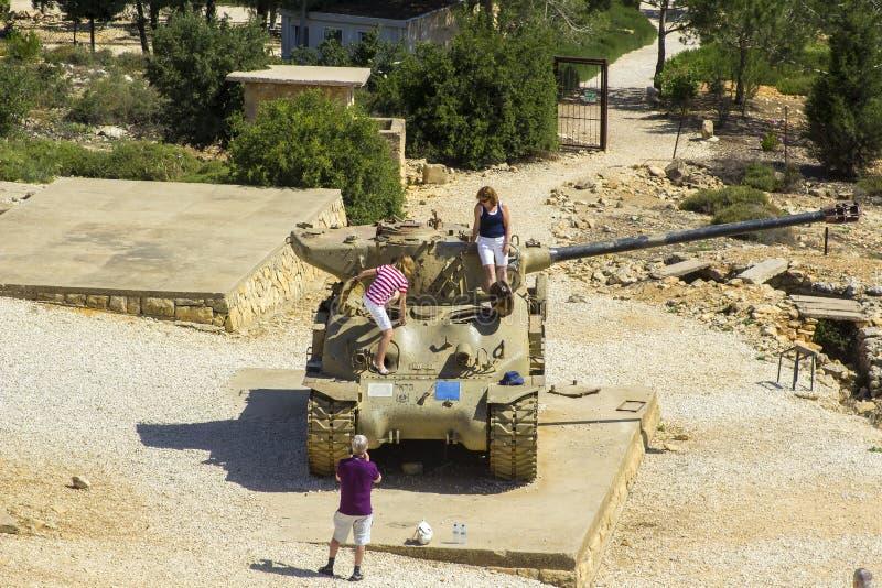 Uma opinião Sherman Tank rejeitado no monte Monum do radar de HarAdar fotos de stock royalty free