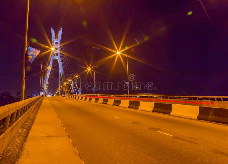 Uma outra vista da ponte de suspensão Lagos de Ikoyi Nigéria na noite foto de stock