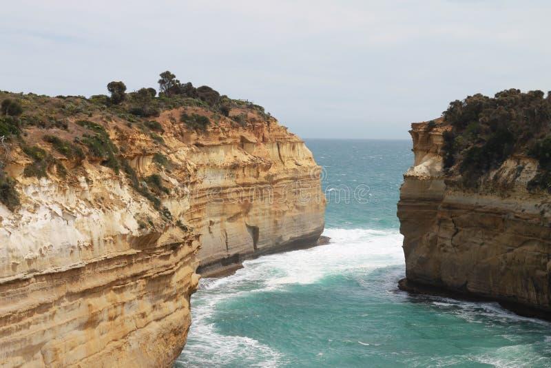 Uma paisagem bonita da água e das rochas imagens de stock