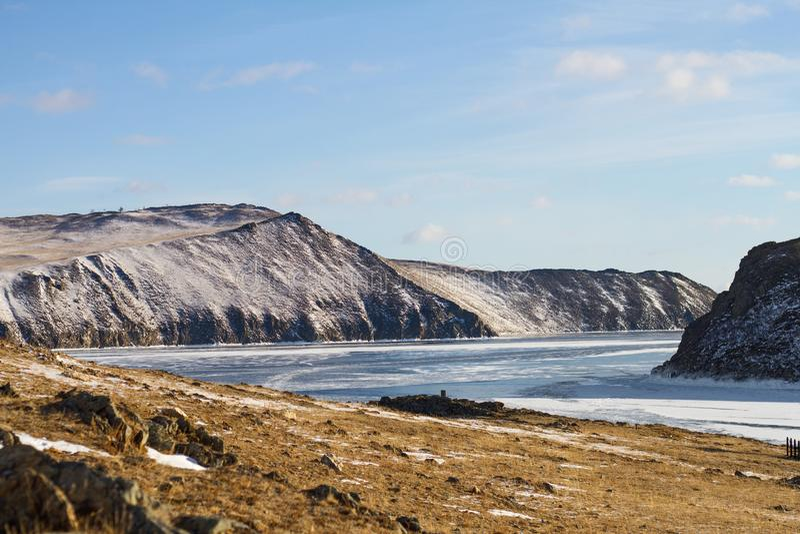 Uma paisagem fabulosa na costa do Lago Baikal congelado majestoso no inverno e da ilha de Olkhon imagem de stock royalty free
