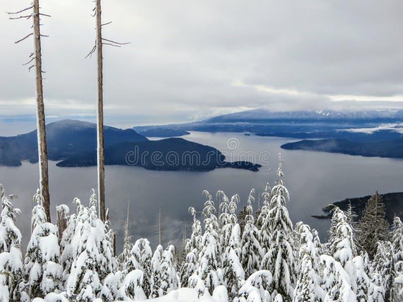 Uma paisagem lindo do inverno na montanha de Cypress que negligencia o oceano abaixo fotos de stock royalty free