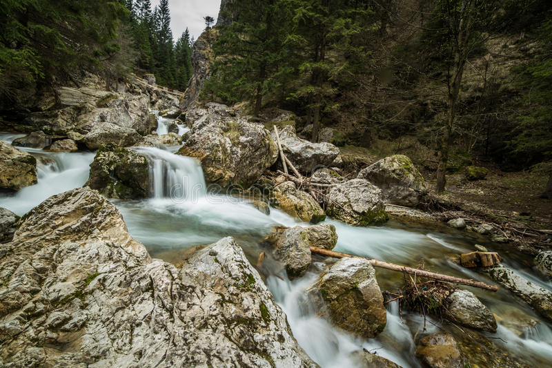 Uma paisagem longa bonita da exposição da cachoeira em montanhas de Tatra fotografia de stock royalty free