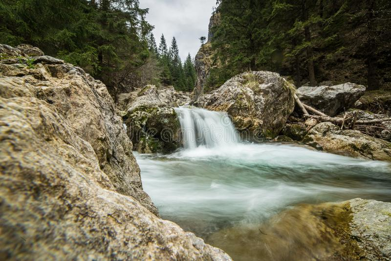 Uma paisagem longa bonita da exposição da cachoeira em montanhas de Tatra imagens de stock royalty free