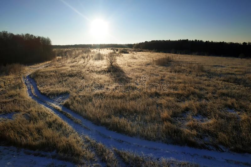 Uma paisagem maravilhosa da estrada no campo perto da floresta da manhã gelado 2019 do outono imagens de stock