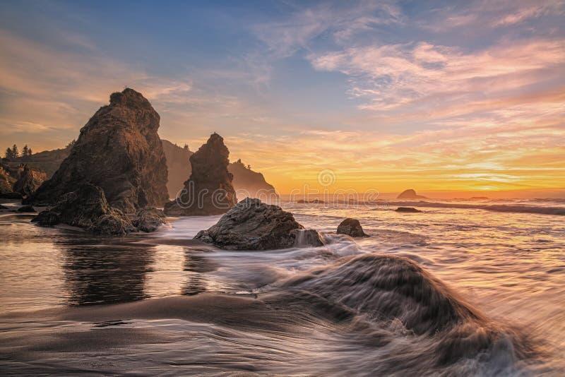 Uma paisagem solar colorida em uma praia do norte da Califórnia foto de stock