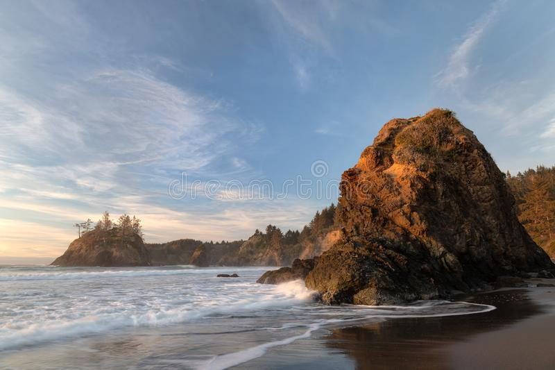 Uma paisagem solar colorida em uma praia do norte da Califórnia imagem de stock royalty free