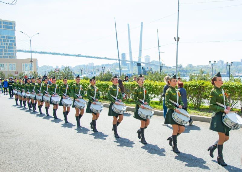 Uma parada das mulheres com os cilindros no uniforme militar, marchando 9 de maio de 2017 ano Vladivostok, Rússia foto de stock royalty free