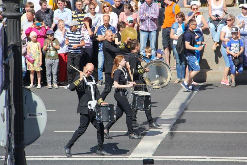 Uma parada dos bateristas St Petersburg R?ssia 27 de maio 2018: Feriado da cidade imagem de stock