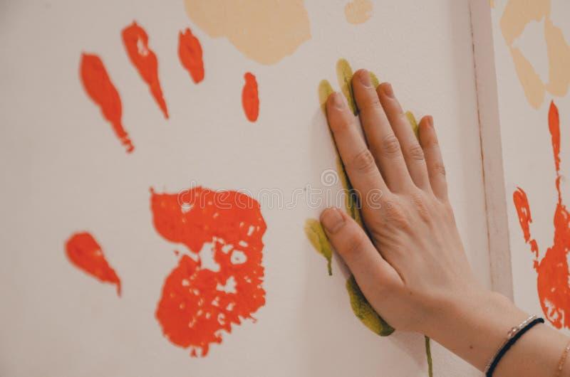 Uma parede com cópias da palma imagens de stock
