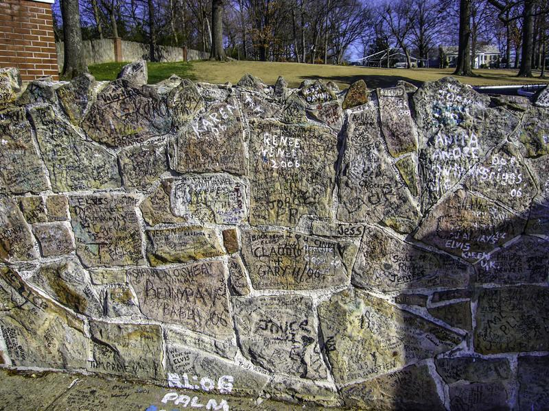 Uma parede completamente dos grafittis fotografia de stock royalty free