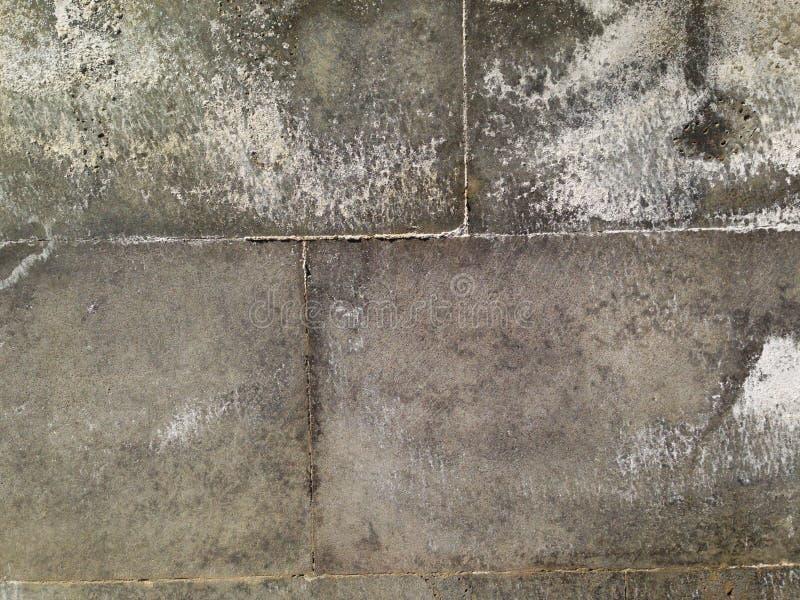 Uma parede da pedra do granito, sobre é visível as sobras do sal devido ao tempo chuvoso imagens de stock royalty free