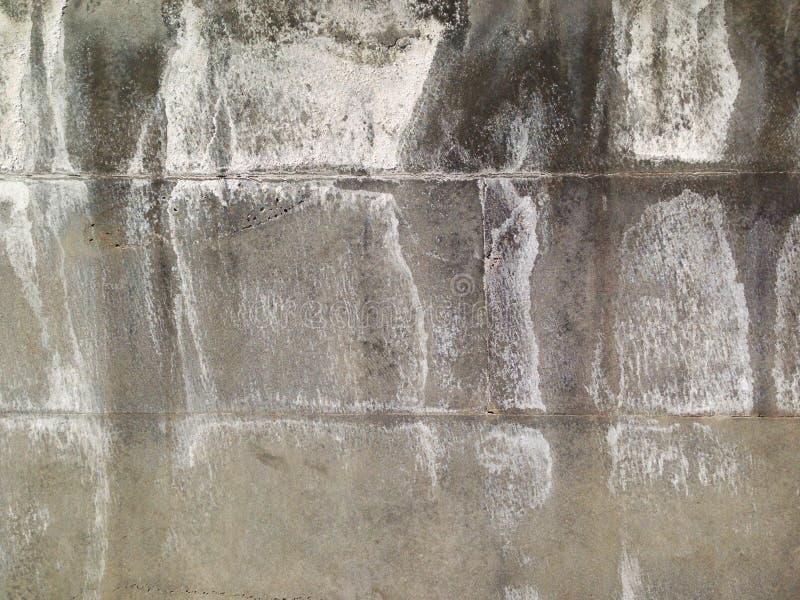 Uma parede da pedra do granito, sobre é visível as sobras do sal devido ao tempo chuvoso fotografia de stock royalty free