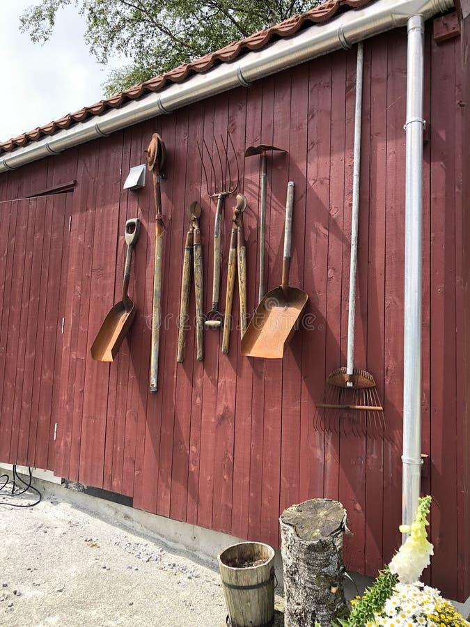 Uma parede de equipamento agrícola antigo, Noruega fotografia de stock