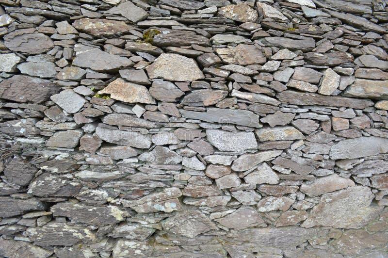 Uma parede de pedra do forte da pedra de Cahergall na Irlanda imagens de stock