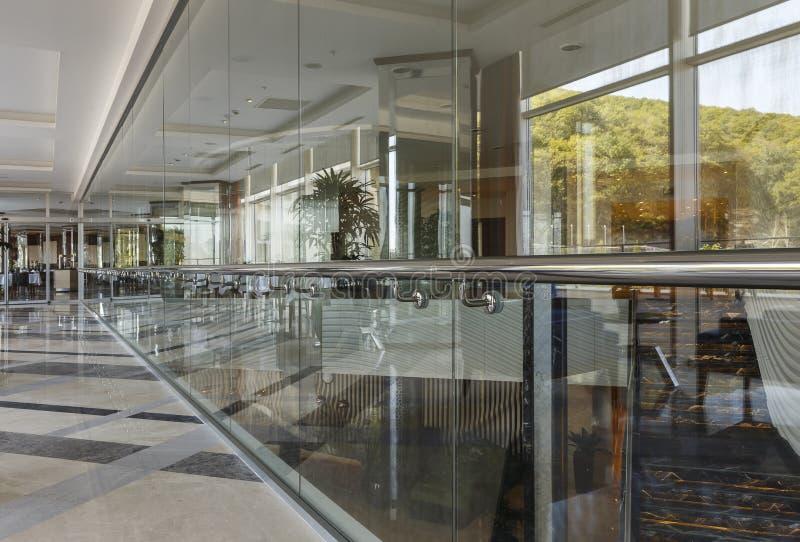 Uma parede de vidro no corredor da construção imagem de stock