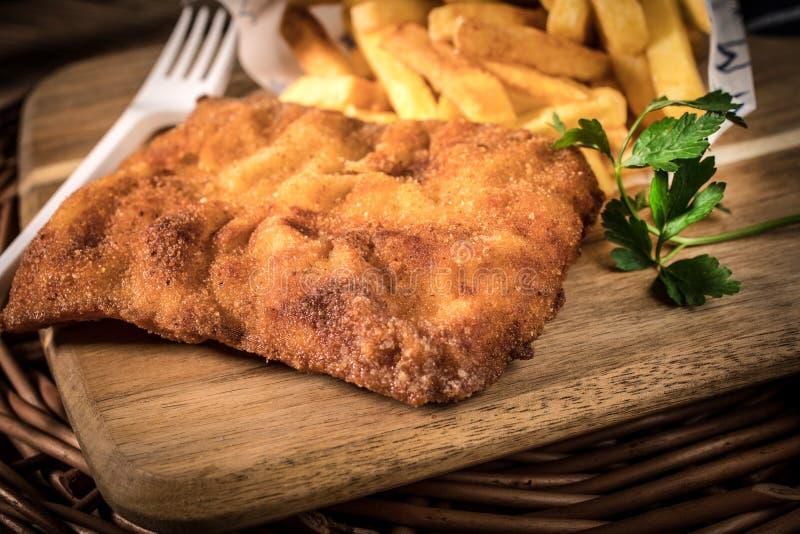 Uma parte de bacalhau fritado com fritadas fotografia de stock royalty free