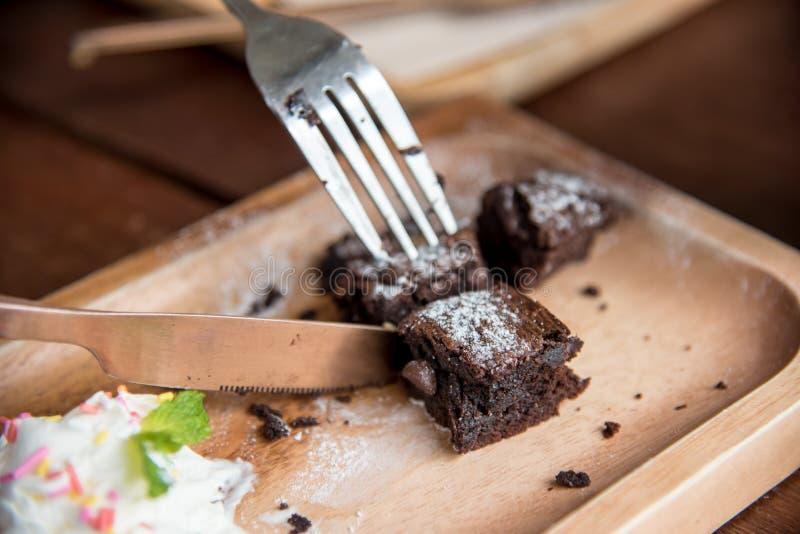Uma parte de bolo da brownie com bebida do chá verde fotografia de stock