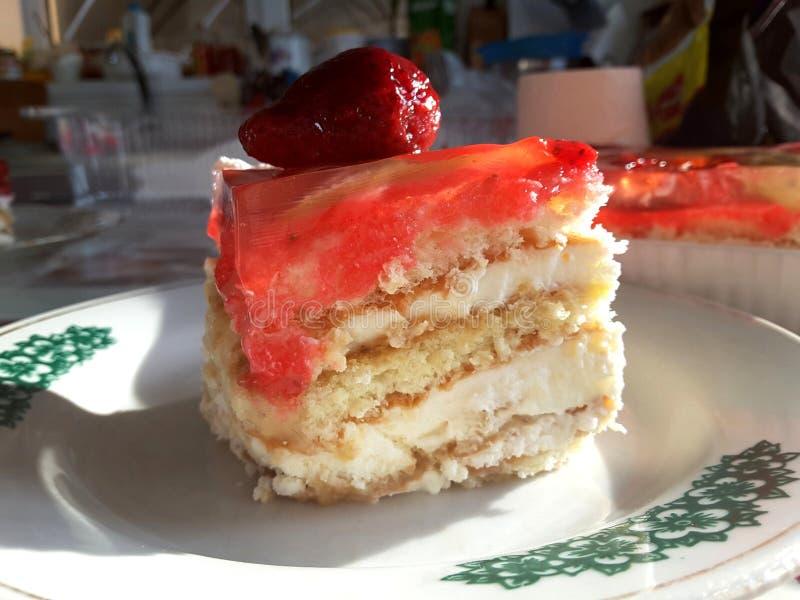 Uma parte de bolo da morango com geleia de fruto fotografia de stock royalty free