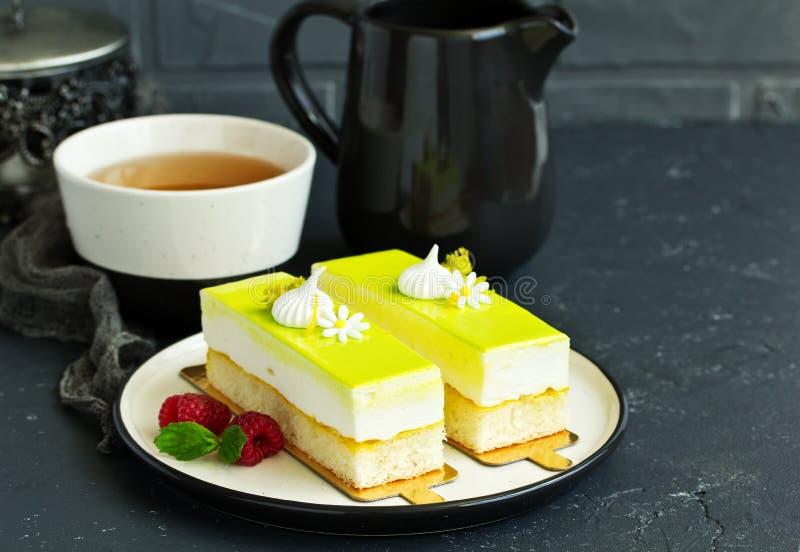 Uma parte de bolo do limão fotografia de stock royalty free
