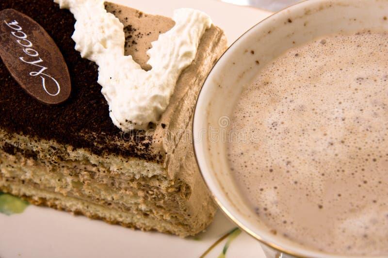 Uma parte de bolo e de café. foto de stock