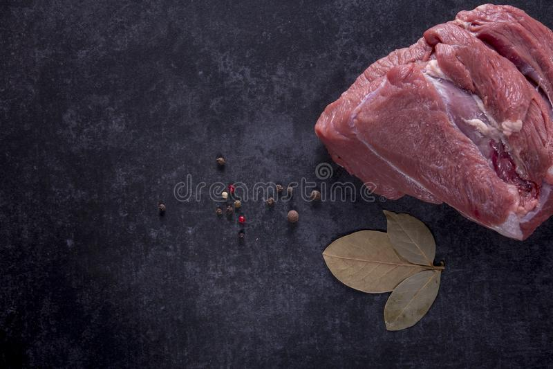 Uma parte de carne crua com especiarias foto de stock