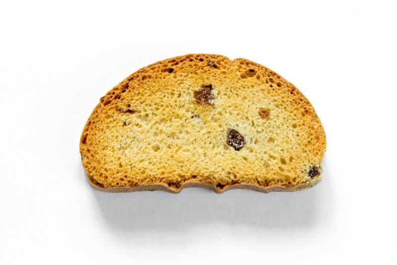 Uma parte de pão brindado crocante com as passas isoladas no fundo branco foto de stock royalty free