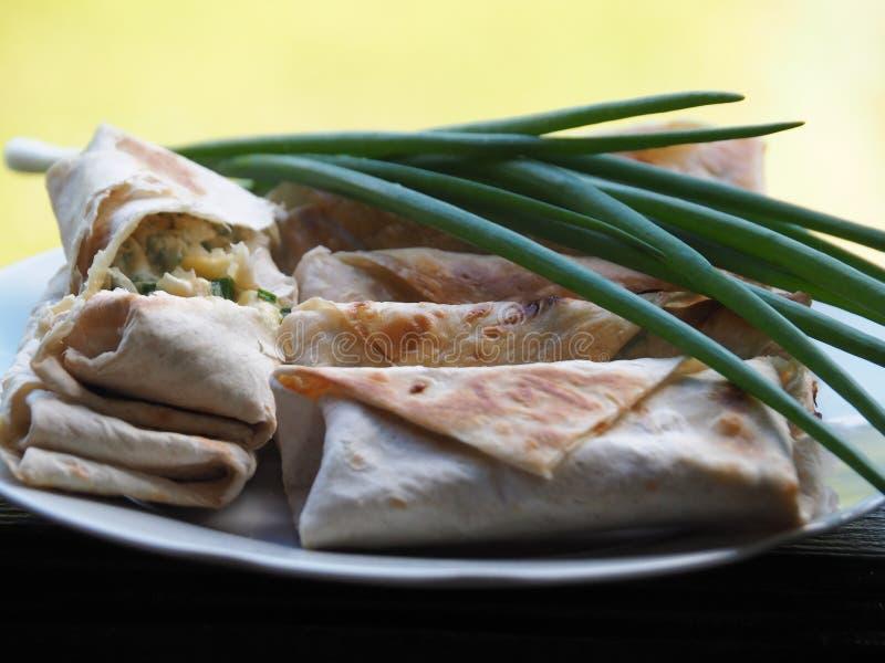 Uma parte de pão do lavash com enchimento e a cebola verde foto de stock royalty free