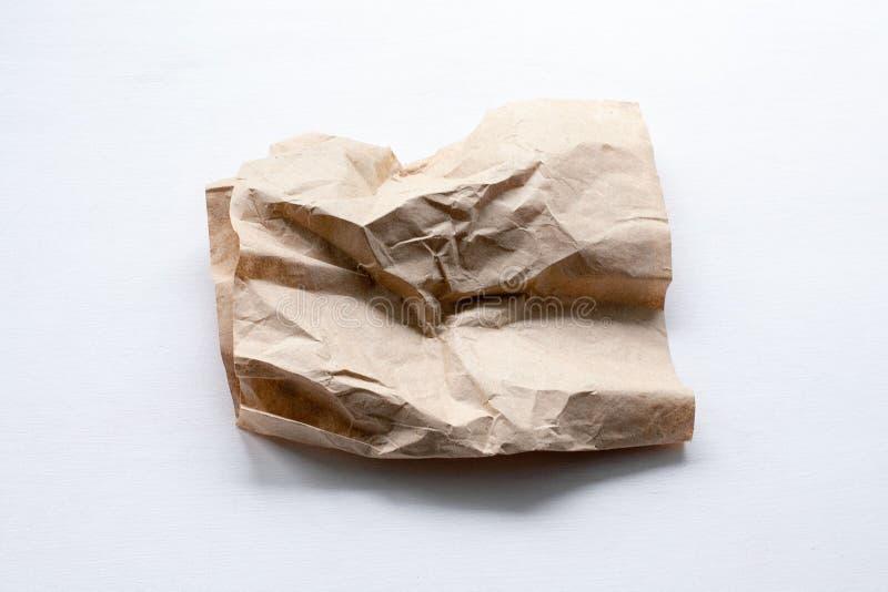 Uma parte de papel amarrotado em um fundo claro imagem de stock