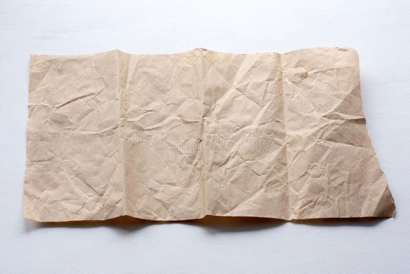 Uma parte de papel amarrotado em um fundo claro fotografia de stock