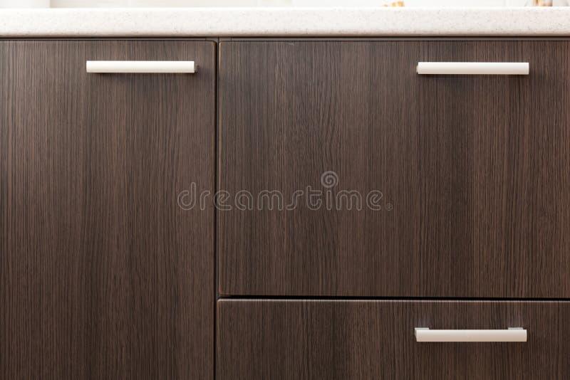 Uma parte dianteira de madeira da gaveta do vestuário, punho do metal foto de stock