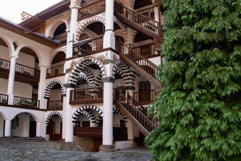 Uma parte do monastério ortodoxo de Rila, Bulgária Estilo arquitetónico do arco fotografia de stock royalty free