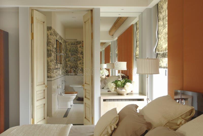 Uma parte do quarto e do banheiro imagens de stock royalty free