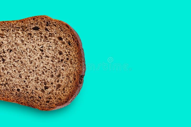 Uma parte do retângulo de pão de centeio fresco na tabela verde na cozinha copie o espaço para seu texto Vista superior fotografia de stock royalty free