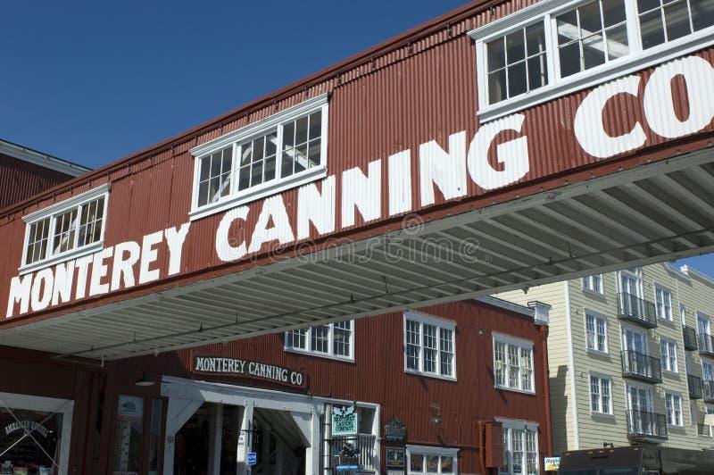 Uma passagem aérea cruza a fileira da fábrica de conservas em Monterey, CA imagens de stock royalty free