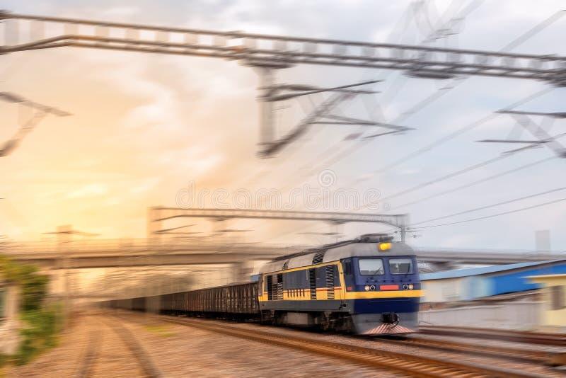 Uma passagem do trem de mercadorias foto de stock royalty free